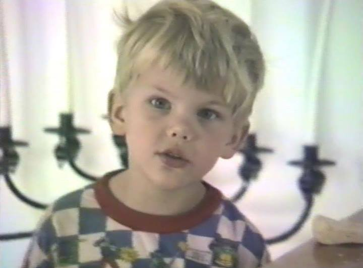 Avicii's Life from young age. Mix Music at a very young age. Dies at young age of 28 years